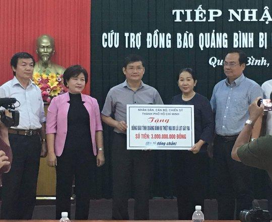 Bà Võ Thị Dung, Phó Bí thư Thành ủy TP HCM đã trao số tiền 3 tỉ đồng để ủng hộ người dân tỉnh Quảng Bình
