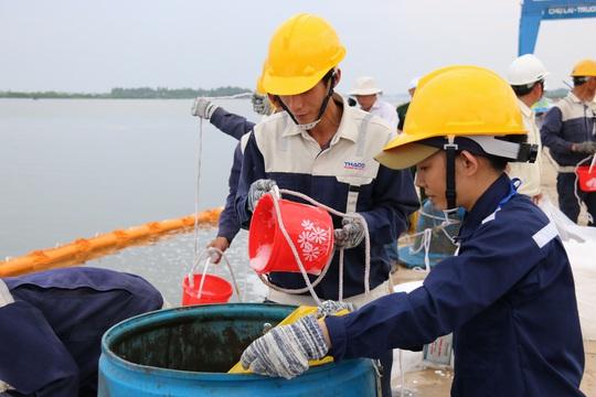 Lực lượng diễn tập lưu ý quá trình thu gom phải đảm bảo đúng kỹ thuật, đề phòng nguy cơ cháy nổ, hạn chế tối đa không để dầu tràn thấm vào bãi cát, rừng ngập mặn và khu vực nuôi trồng thủy sản