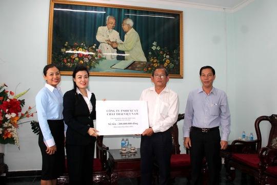 Bà Huỳnh Thị Lan Phương ủng hộ 200 triệu đồng cho đồng bào vùng lũ thông qua Ủy ban Mặt trận Tổ quốc TPHCM.