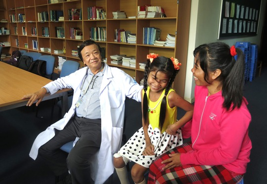 Mẹ con bé Thắm vui vẻ trò chuyện cùng bác sĩ Đào Trung Hiếu, Phó Giám đốc Bệnh viện Nhi Đồng 1, trưởng ê kíp phẫu thuật cho bé