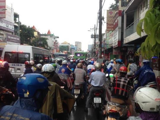 Hàng ngàn phương tiện nhích từng chút để di chuyển trên đường Bạch Đằng
