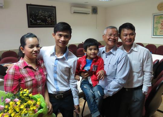 Gia đình M. chụp hình kỷ niệm cùng các BS ở bệnh viện Thống Nhất - những người đã tiếp nhận bé trong đêm định mệnh.