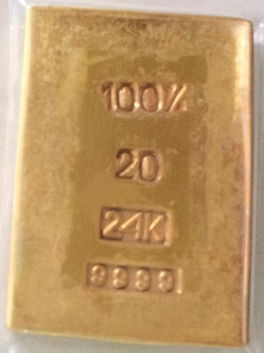 Miếng vàng giả Tuấn giả vờ đánh rơi