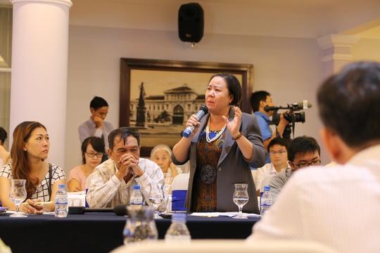 Bà Nguyễn Thị Bính – GĐ Công ty Cổ phần thương mại Nguyễn Bính đã liên tục đứng lên trình bày nỗi bức xúc liên quan đến việc doanh nghiệp bị làm khó.