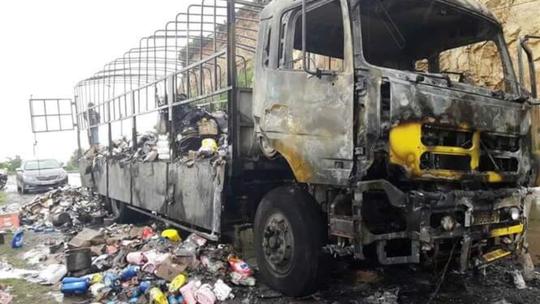 Chiếc xe bị cháy trụi sau khi gặp nạn