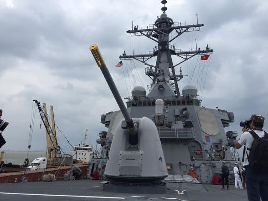 Phía mũi tàu là hệ thống pháo hạm