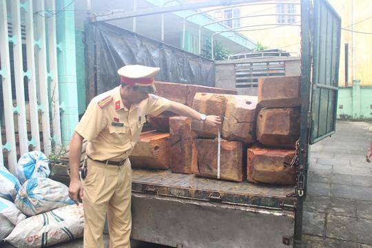 Xe tải chở gỗ lậu bị phát hiện