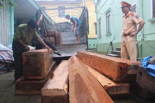 Bàn giao xe chở gỗ lậu cho kiểm lâm