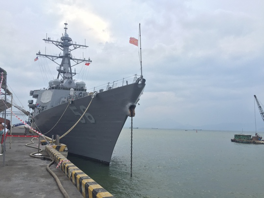 Hạm đội tàu khu trục mang tên lửa dẫn đường USS John S. McCain cập cảng Tiên Sa