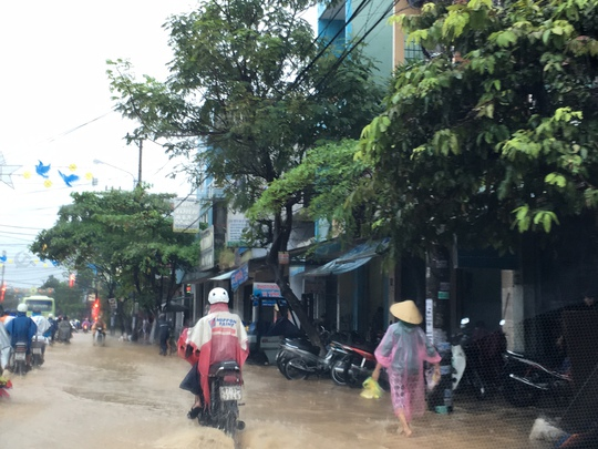Nguồn nước màu vàng đục không biết từ đâu đổ về đã khiến đường Trần Hưng Đạo, TP Quy Nhơn bị ngập nặng