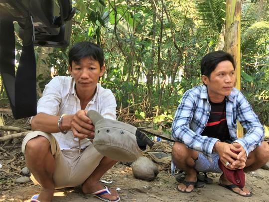 Chủ trường gà Lê Tấn Hoàng ( trái) và biện gà Nguyễn Văn Truyền bị bắt tại trường gà