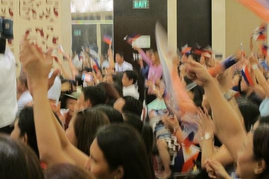 Trong tiếng reo hò chào đón của cộng đồng Philippines