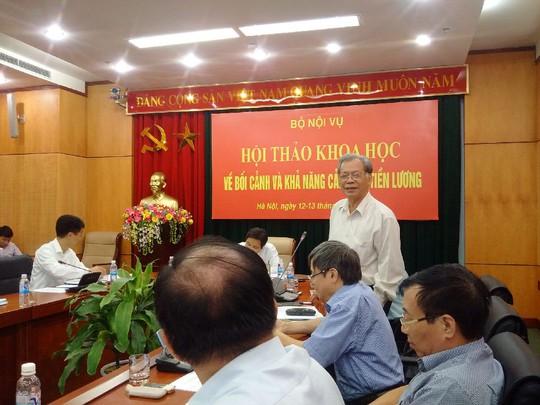Ông Thang Văn Phúc, nguyên Thứ trưởng Bộ Nội vụ (người đứng), có nhiều ý kiến sâu sắc tại hội thảo