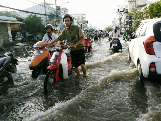 Dù không mưa nhưng triều cường dâng cao khiến nhiều đoạn trên đường Huỳnh Tấn Phát, nước ngập đến nửa bánh xe