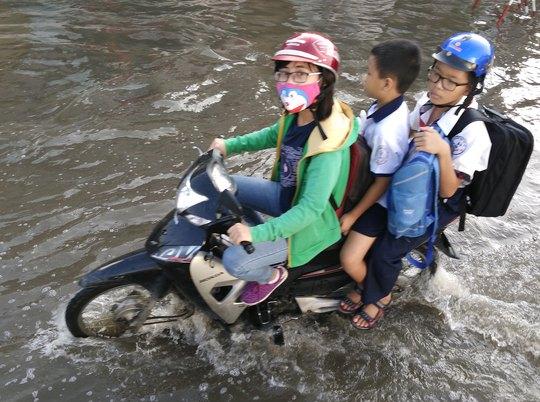 Cảnh mẹ hì hục chở con đi học trong nước ngập