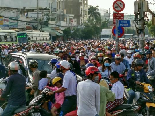 Dòng phương tiện như chôn chân tại nút giao Huỳnh Tấn Phát - Phú Thuận