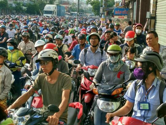 Cảnh kẹt xe trên đường Huỳnh Tấn Phát theo hướng vào trung tâm TP sáng nay