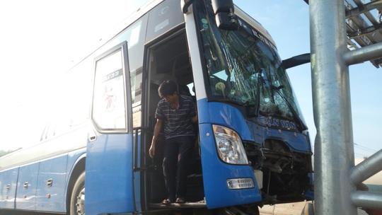 Xe khách bị hư hỏng nặng