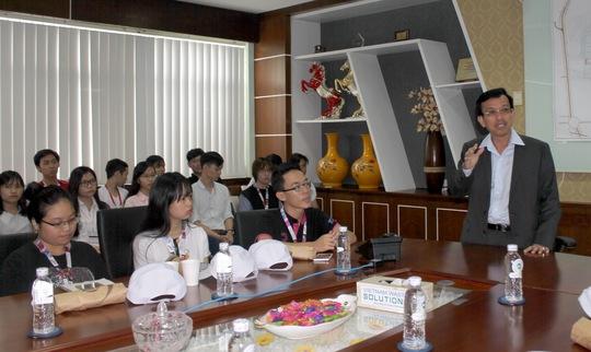 Ông David Dương, Tổng giám đốc VWS trao đổi với sinh viên ĐH Tôn Đức Thắng những vấn đề về môi trường tại Khu Liên hợp Đa Phước