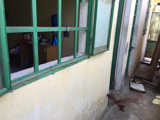 Sau khi đập chết người tình ở ngoài hành lang, Nguyễn Hoài Thanh đã kéo thi thể vào trong phòng rồi bỏ trốn