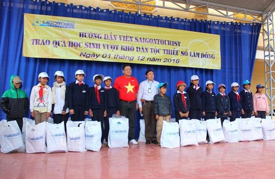 Hướng dẫn viên Saigontourist trao quà cho các em học sinh vượt khó tại Trường THCSĐạ Nhim, huyện Lạc Dương, tỉnh Lâm Đồng