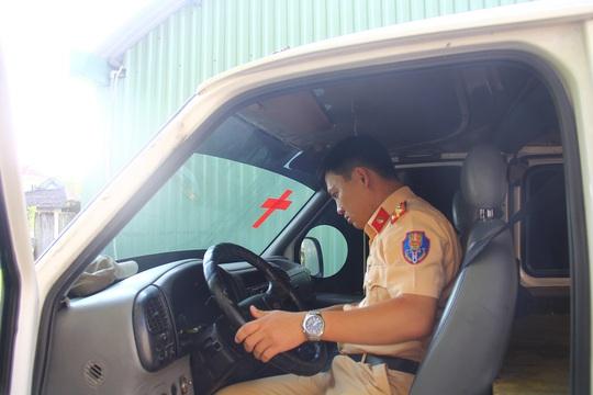 Xe khách dán hình chữ thập giả dạng xe cấp cứu chở gỗ lậu Ảnh: CSGT cung cấp