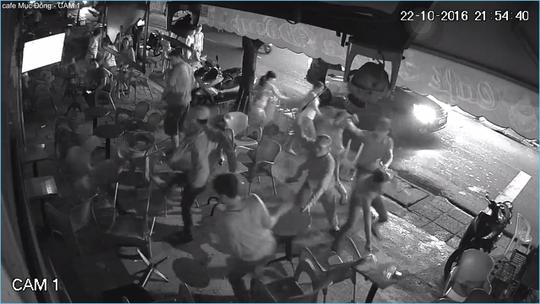 HÌnh ảnh ghi lại cảnh tượng hơn 10 thanh niên xông vào quán cà phê đánh khách và nhân viên.