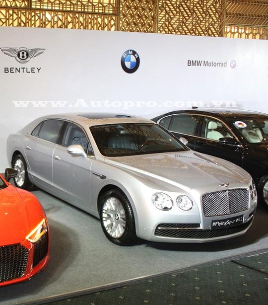Ngoài siêu xe và xe thể thao, triển lãm VIMS 2016 còn có sự góp mặt của hãng xe siêu sang Bentley. Trong ảnh là chiếc Flying Spur W12, tuy nhiên, nhiều nguồn tin cho rằng át chủ bài thực sự của thương hiệu xe Anh quốc tại triển lãm sắp tới sẽ là mẫu SUV siêu sang Bentayga.