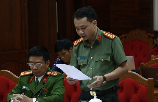Thượng tá Bùi Trọng Tuấn thông tin tại buổi họp báo