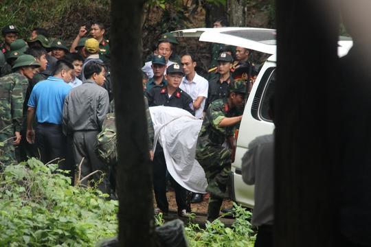 Lần lượt, từng thi thể được đưa vào 2 xe cứu thương trong sự tiếc thương vô hạn của người thân, đồng nghiệp và người dân