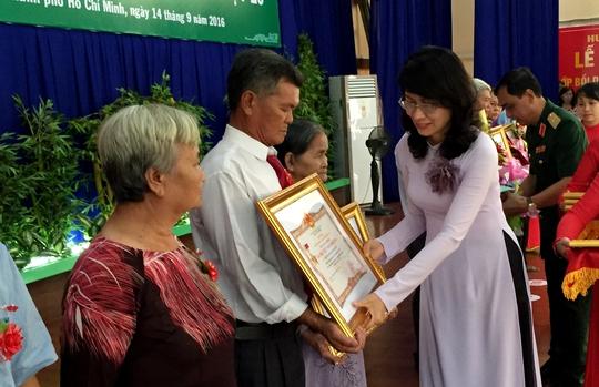 Bà Nguyễn Thị Thu - Phó Chủ tịch UBND TP HCM trao danh hiệu cho người thân của các Bà mẹ Việt Nam anh hùng