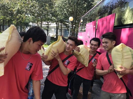 Các sinh viên trường Đại học Sân khấu Điện ảnh TPHCM hăng hái làm công việc thiện nguyện cùng NSƯT Diệu Hiền