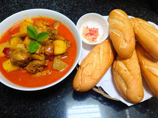 Cà ri gà ăn cùng bánh mì và muối ớt chanh