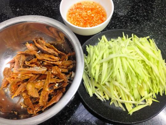 Chuẩn bị cho món gỏi xoài khô cá lóc