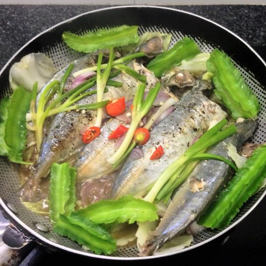 Thêm mấy trái đậu rồng vào chảo cá nục