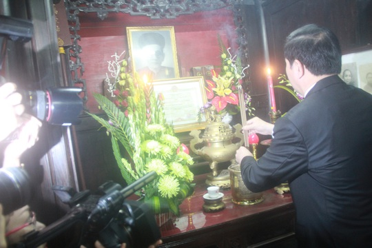 Chủ tịch nước Trần Đại Quang dâng hương tưởng nhớ cụ Huỳnh Thúc Kháng