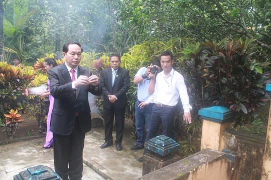 Chủ tịch nước dâng hương tại mộ thân sinh cụ Huỳnh Thúc Kháng Ảnh: Bảo Dung