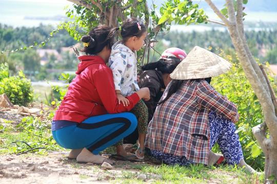 Người dân tụ tập ở chùa xem, xin số đá thần