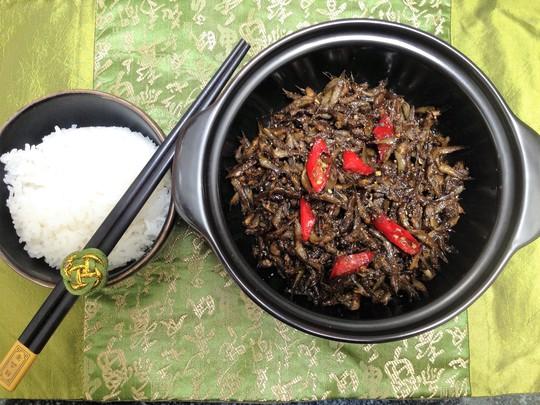 Cá bống kho tiêu ăn với cơm trắng