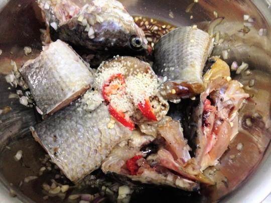 Ướp cá với gia vị để thấm 10 phút