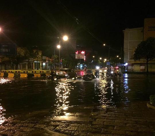 Mưa lớn đêm 21-9 khiến nhiều tuyến đường trung tâm TP Vũng Tàu ngập nước
