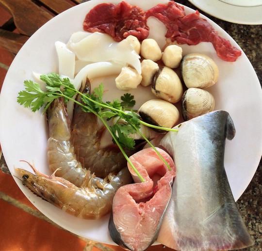 Các loại hải sản và thịt ăn kèm cùng lẩu