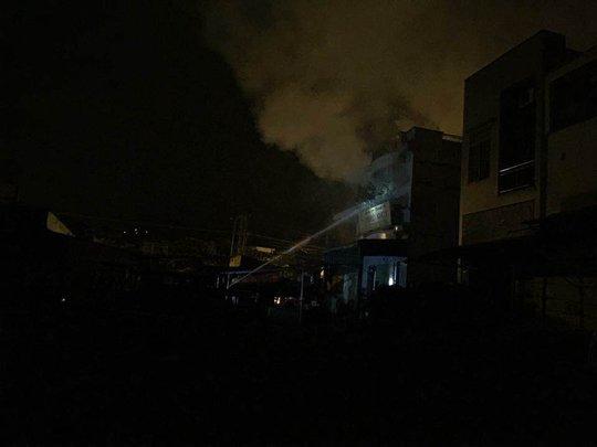 Khói bốc nghi ngút khi đám cháy xảy ra, ảnh: N.T