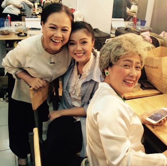 NS Thanh Thủy trong hậu trường sân khấu Hoàng Thái Thanh, bên cạnh hai nghệ sĩ: Ái Như và Hoàng Vân Anh