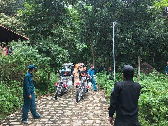 Hai chiếc xe CSGT đã được huy động tới hiện trường trước khi thi thể của 3 sĩ quan được đưa xuống núi. Phía dưới mọi người từng dây phút chờ đợi tin từ lực lượng chức năng