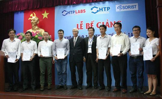 Các kỹ sư thiết kế chế tạo MEMS được nhận bằng tốt nghiệp tại Lễ bế giảng