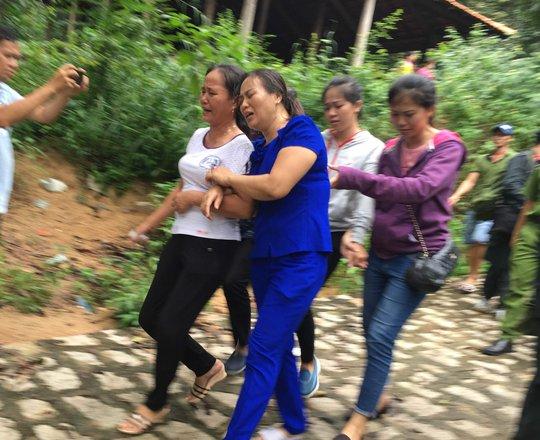 Người nhà khóc trong đau đớn khi nhận thi thể các sĩ quan