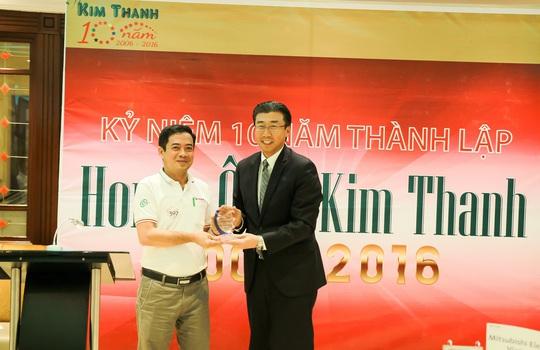 Ông Minoru Kato, Tổng Giám đốc Honda Việt Nam, trao kỷ niệm chương 10 năm thành lập cho ôngĐinh Hữu Thông - Giám đốc Công ty CP Ô tô Kim Thanh