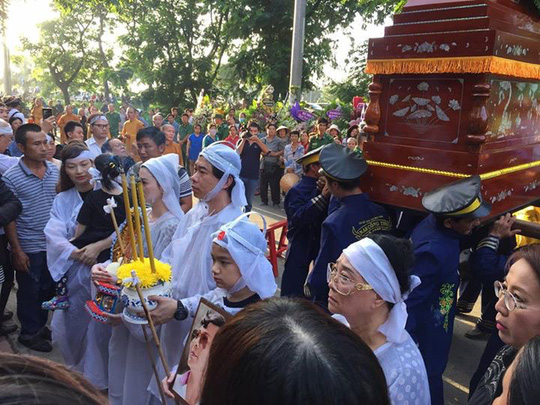 Đông đảo người dân đến tiễn biệt vị thống soái của sân khấu cải lương tuồng cổ về nơi an nghỉ cuối cùng