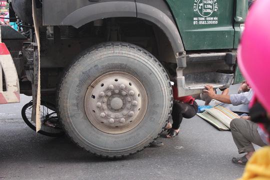 Cơ quan chức năng phải nâng chiếc xe bồn để đưa thi thể người đàn ông bị mắc xẹt ra khỏi gầm